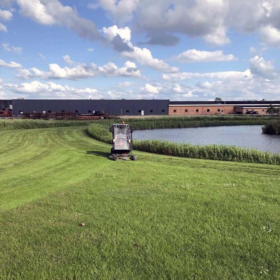Sæsonklargøring - græsklipning af stor område ved sø
