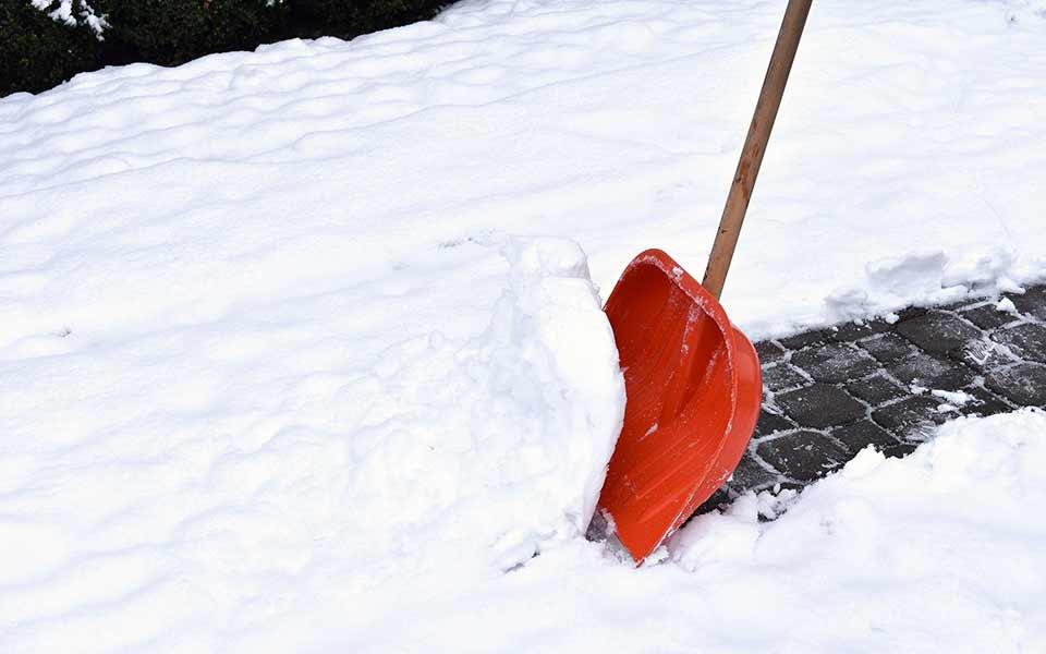 Vinterbekaempelse sneskovl snerydning